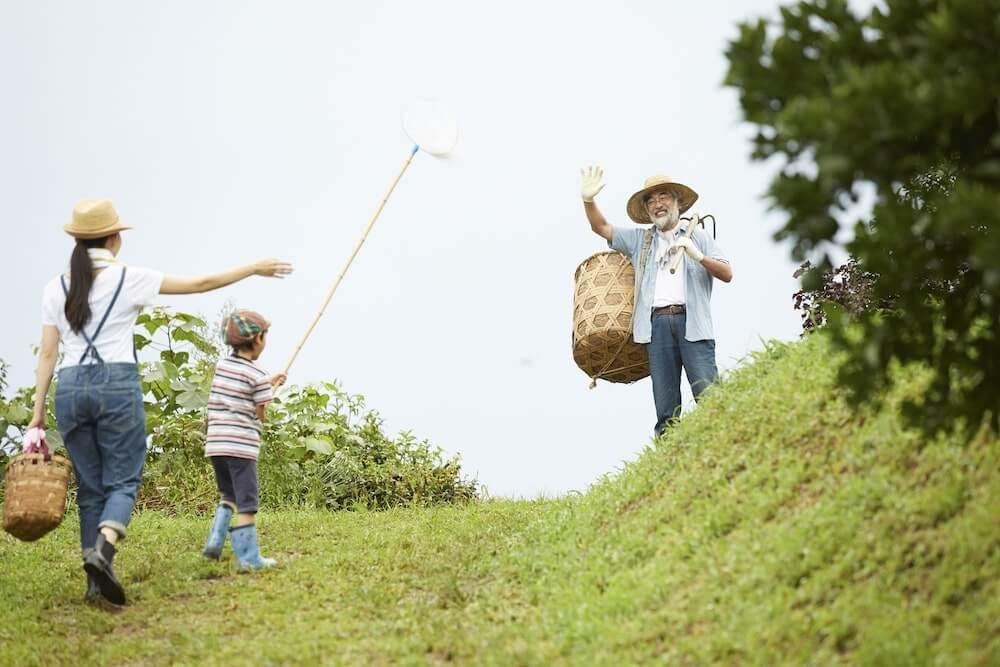 田舎の田んぼで親子三世代