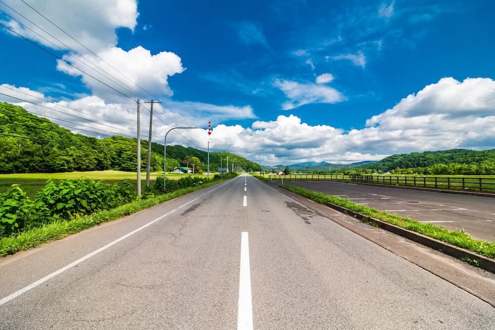 青空の真っ直ぐな道