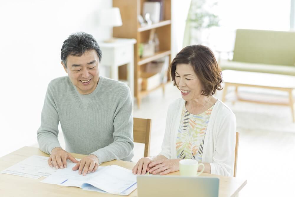 年配の夫婦がFPに相談